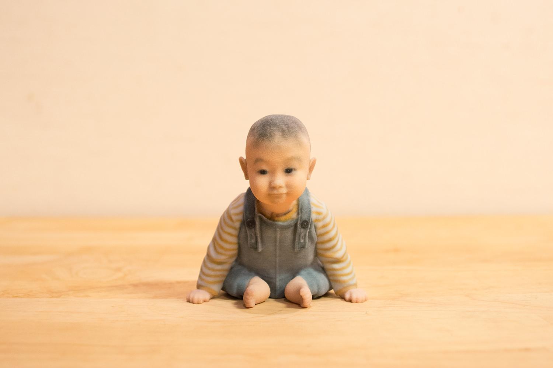 Baby_on_wooddesk